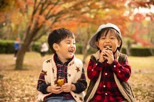 焼き芋を食べる男の子の写真素材 [FYI04864580]