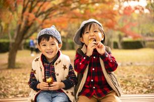 焼き芋を食べる男の子の写真素材 [FYI04864582]