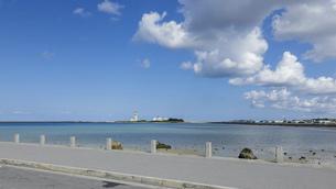 沖縄の青い海、瀬長海中道路ビーチから那覇空港の管制塔の写真素材 [FYI04864603]