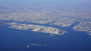 羽田空港に隣接する扇島の京浜工業地帯の写真素材 [FYI04864606]