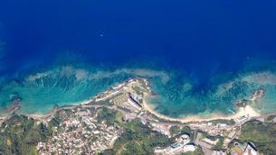 青い海、沖縄県名護市の海浜リゾートを空撮の写真素材 [FYI04864607]