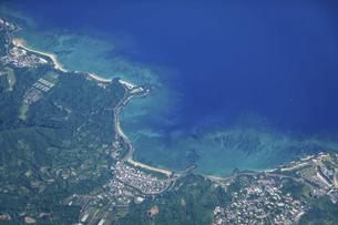 青い海、沖縄県恩納村の海浜リゾートを空撮の写真素材 [FYI04864611]