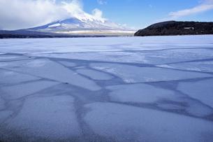 3月 氷の山中湖  -世界遺産の富士山-の写真素材 [FYI04864617]