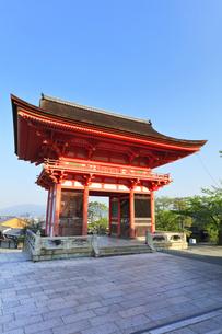 世界文化遺産 京都・清水寺の仁王門の写真素材 [FYI04864634]