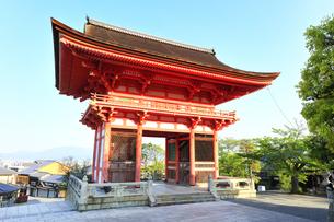 世界文化遺産 京都・清水寺の仁王門の写真素材 [FYI04864635]