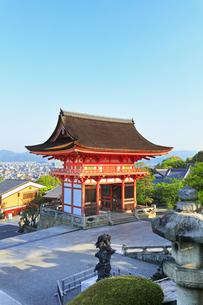 世界文化遺産 京都・清水寺の仁王門の写真素材 [FYI04864636]