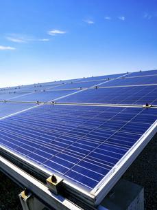 【再生可能エネルギー】青空の下の太陽光発電 ソーラーパネル 縦構図の写真素材 [FYI04864715]