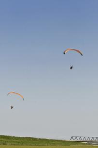 飛行中のモーターパラグライダーの写真素材 [FYI04864792]