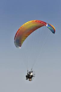 飛行中のモーターパラグライダーの写真素材 [FYI04864793]