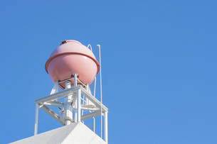 【生活】青空の下のピンク色の屋上の貯水槽 貯水タンクの写真素材 [FYI04864812]