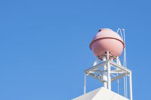 【生活】青空の下のピンク色の屋上の貯水槽 貯水タンクの写真素材 [FYI04864813]