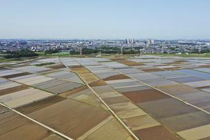 田植え前の田園風景の写真素材 [FYI04864819]