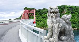 宮城島と伊計島を結ぶ伊計大橋とシーサー(沖縄県うるま市)の写真素材 [FYI04864823]