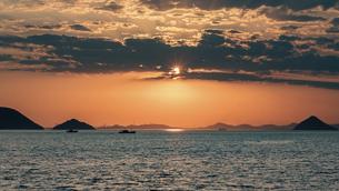 【香川県 高松市】高松港から見る夕方の瀬戸内海 自然風景の写真素材 [FYI04864894]