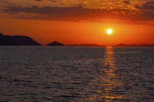 【香川県 高松市】高松港から見る夕方の瀬戸内海 自然風景の写真素材 [FYI04864898]