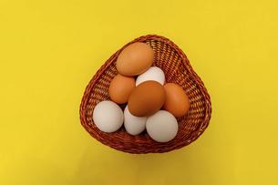 籠にいれた生卵の写真素材 [FYI04864913]
