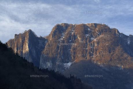 3月 【地学教材】 吐山(かのうやま)の石灰岩鉱山の写真素材 [FYI04865093]