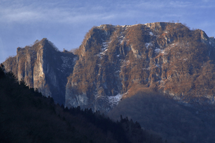 3月 【地学教材】 吐山(かのうやま)の石灰岩鉱山の写真素材 [FYI04865094]