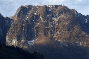 3月 【地学教材】 吐山(かのうやま)の石灰岩鉱山の写真素材 [FYI04865095]