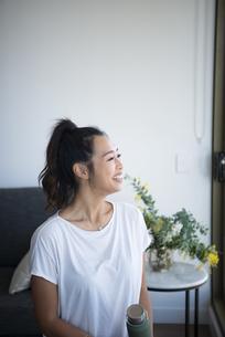 室内で笑っている女性の写真素材 [FYI04865379]