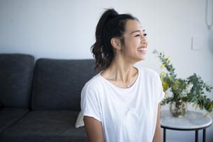 室内で笑っている女性の写真素材 [FYI04865380]