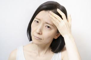 肌のトラブルに悩むミドル女性の写真素材 [FYI04865506]