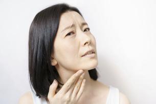 肌のトラブルに悩むミドル女性の写真素材 [FYI04865508]