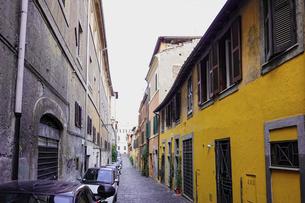 ローマの街角、トラステベレ地区(下町、路地、路地裏、裏通り、石畳)の写真素材 [FYI04865567]