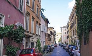 ローマの街角、トラステベレ地区(下町、路地、路地裏、裏通り、石畳)の写真素材 [FYI04865568]