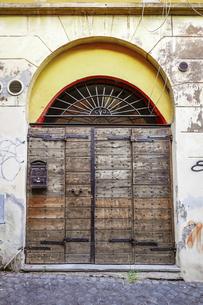 ローマ、トラステベレの街角(雰囲気のある扉)の写真素材 [FYI04865686]