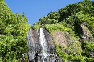 流れ落ちる滝と青空の写真素材 [FYI04865783]