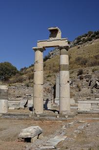 エフェソス遺跡  プリタネイオンの柱の写真素材 [FYI04865794]