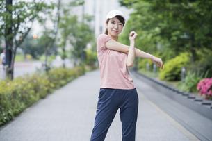 公園で運動する女性の写真素材 [FYI04866142]