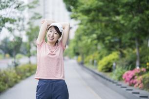 公園で運動する女性の写真素材 [FYI04866143]