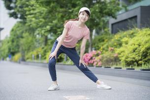 公園で運動する女性の写真素材 [FYI04866144]