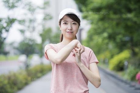 公園で運動する女性の写真素材 [FYI04866145]