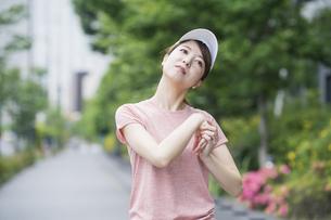 公園で運動する女性の写真素材 [FYI04866146]