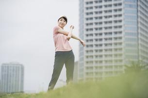 公園で運動する女性の写真素材 [FYI04866148]