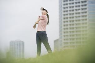 公園で運動する女性の写真素材 [FYI04866149]