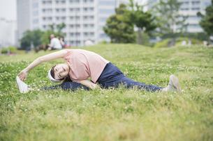 公園で運動する女性の写真素材 [FYI04866151]