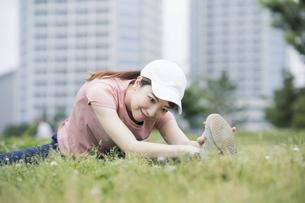 公園で運動する女性の写真素材 [FYI04866153]