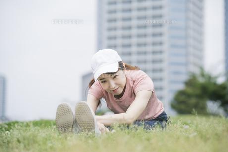 公園で運動する女性の写真素材 [FYI04866154]