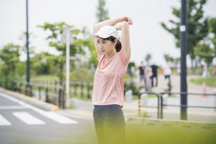 公園で運動する女性の写真素材 [FYI04866156]