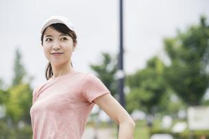 公園で運動する女性の写真素材 [FYI04866157]