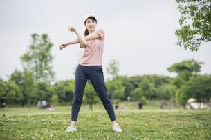 公園で運動する女性の写真素材 [FYI04866158]