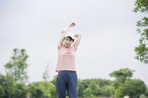 公園で運動する女性の写真素材 [FYI04866159]