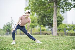 公園で運動する女性の写真素材 [FYI04866160]