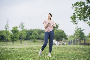 公園で運動する女性の写真素材 [FYI04866161]