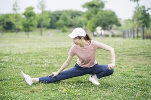 公園で運動する女性の写真素材 [FYI04866163]