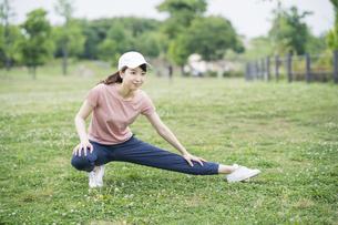 公園で運動する女性の写真素材 [FYI04866164]